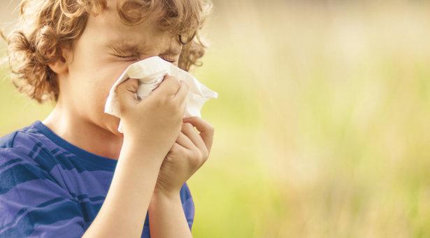 Heuschnupfen bei Kindern: Was Eltern wissen müssen