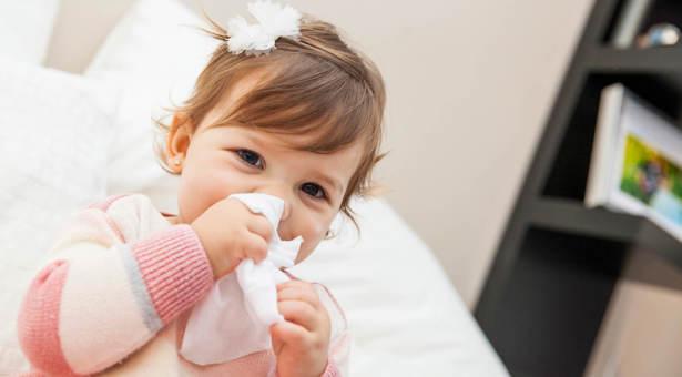 Schnupfen bei Babys: Was tun bei einer verstopften Nase?