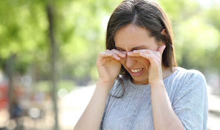 Eine Frau hat juckende und gerötete Augen
