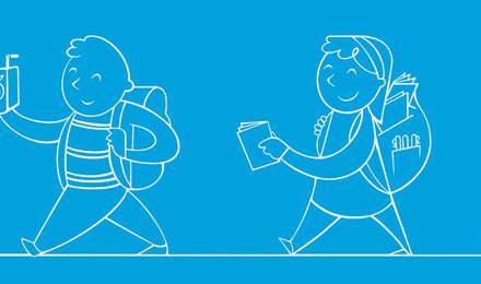 Ein Kind mit Schulsachen im Rucksack läuft einen Schulflur entlang