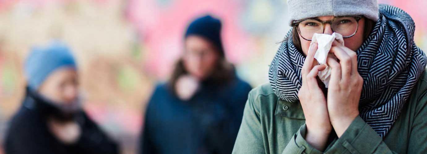 Een vrouw die haar neus snuit wil wellicht weten hoe ze haar immuunsysteem kan stimuleren, zodat ze haar neus niet meer zo vaak hoeft te snuiten