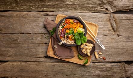 Erdnuss-Suppe mit Miso, gebratenem Tempeh und Kürbis